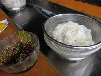 黒嶽荘では炭酸水を使った流しそうめんの薬味にゆずごしょうが使われていて、県内外を問わずこの味を求めてやってくるお客さんが絶えません。他にも豆腐や納豆、うどん、そば、鍋料理など、色んな料理に使えますよ。