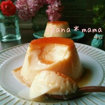 卵から生まれるデザートは数知れず、でも一番身近な卵のデザートはカスタードプディングではないでしょうか。材料も特別なものを揃えることなく卵・ミルク・砂糖があれば手軽に出来る永遠の人気デザートです。  【材料】 卵 2個 牛乳 250cc 砂糖 50グラム (カラメル) 砂糖 50グラム 水 大さじ1×2