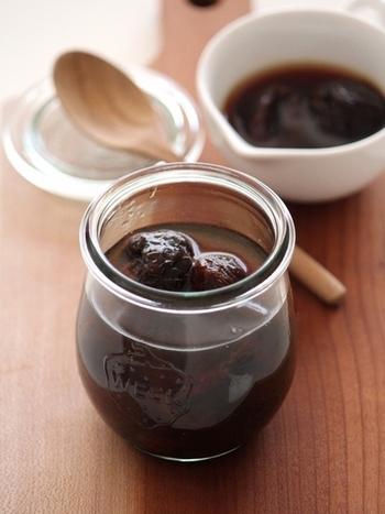 プルーンは血を補ってくれる食材。また、紅茶は体を温めて、気持ちをリラックスさせてくれる作用が。スーパーで見かけるドライプルーンに熱い紅茶を注いで飲むと薬膳ドリンクに。プルーン紅茶をたくさん作って、ヨーグルトに入れて食べてみても。