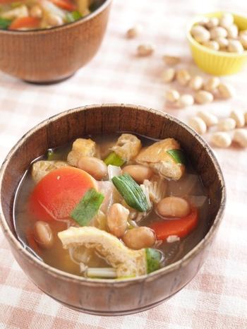 節分豆をたっぷりつかったボリューム満点のお味噌汁。あれこれ、冷蔵庫にあるお野菜も一緒に入れちゃいましょう♪