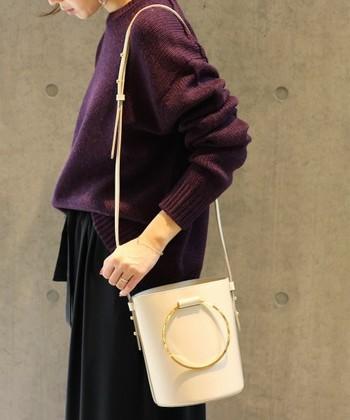 こちらも、リング型の持ち手が印象的な2WAYバッグです。ポシェットのような小さなサイズと、垂らした時のリングが印象的。
