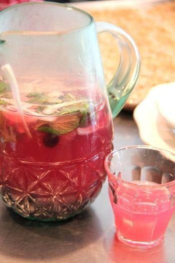 赤いイチゴとは違って、ピンク色が可愛らしいブルーベリーのレモネード。甘酸っぱいブルーベリーとハーブの香りで、スポーツで汗をかいた後に飲みたい爽やかさ♪