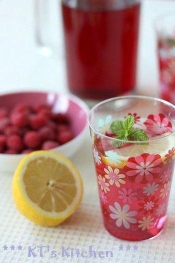 冷凍保存したラズベリーは、解凍後も味が変わらないから、ジャムやジュース作りにピッタリのフルーツです。甘酸っぱいラズベリーは、甘さ控えめで酸味を楽しんで♪