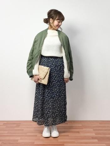 ふんわりシフォンスカートで、足元から軽やかさを印象づけて。こんな風に、色ではなく素材で季節感を出すのも素敵です。