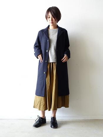 アウターにロング丈のコートやガウンを着用すると、縦長でスリムな印象と体型の気になる部分もカバーできて一石二鳥です。