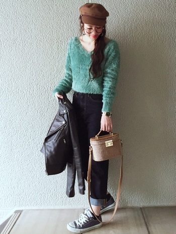 大人っぽく着こなすならミントグリーンがおすすめです。素材は冬のものでも、春らしいカラーをアクセントにすると印象が随分変わります。