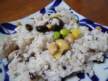 大豆・小豆・うずら豆・栗・銀杏が入った炊き込みご飯は薄味で豆の味わいを活かしているので、どんなおかずとも相性の良い一品。見た目もカラフルで可愛いので、ちょっとしたおもてなしにも良いですね。