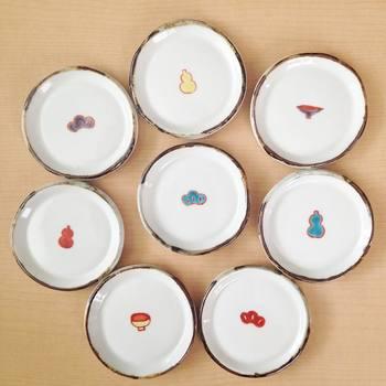 こちらは松やひょうたんなど、和のモチーフの豆皿たち。同じテイストの絵柄で揃えると、雰囲気も違ってきます。その時のテーマに合わせて、豆皿をコーディネイトするのも楽しそうです。