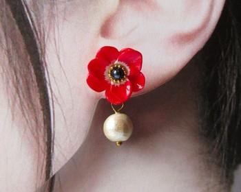 ★ 「アネモネとコットンパールのイヤリング&ピアス」・・・樹脂粘土でひとつひとつ手作りした赤と白のアネモネの小さなイヤリング(またはピアスです)。コットンパールは取り外し可能なので、お花だけでシンプルに、揺れるパールで少しエレガントにも楽しめますよ!