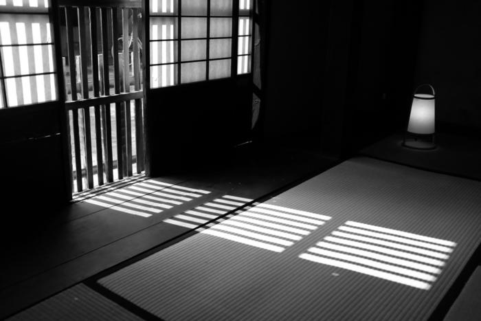 日本家屋に適した掃除道具として長く使われてきた『箒(ほうき)』。 特に和室の掃除には、ほうきのイメージがありますね。でも、改めてほうきを見直してみると電気を使わない、手軽に掃除がはじめられる、排気が出ないなど…多くのメリットがありました。