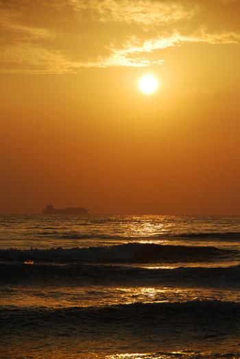 美しい夕日も・・・ここ旗津島は、街からすぐに行ける手軽なリゾートとして地元の人たちにも愛されています。