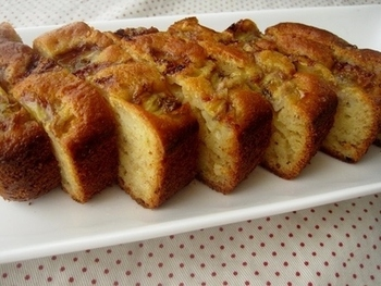 バナナがたっぷり入った甘いパウンドケーキも、ジンジャーレモネードを加えれば、ほんのり大人の味わいに。