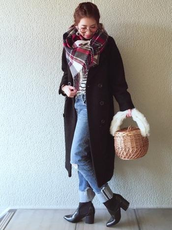 カゴバッグで冬の装いに軽快さをプラス。ファーがついていると、カゴバッグでも今の季節に合った温かみを出すことができます。