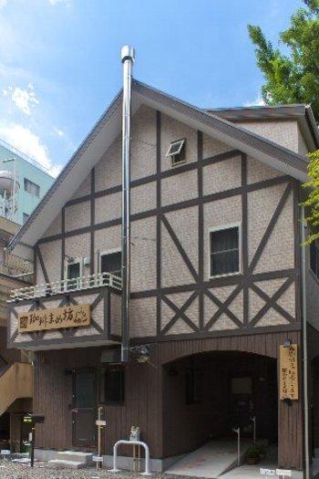 こちら「珈琲まめ坊」は仙台駅からバスで約10分程の米ヶ袋にある素敵な一軒家カフェ。東北大学や仙台市博物館が近く、緑に囲まれた静かなロケーションです。
