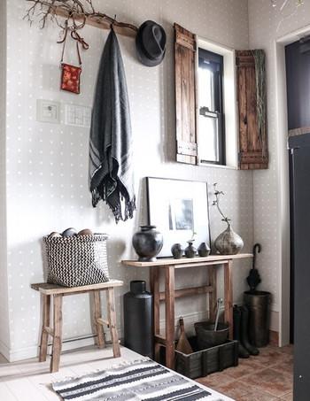 シックで大人っぽい雰囲気が素敵な玄関☆こんなふうに陶器を飾ると、とっても温かみのある空間になりますね。ナチュラルな木のコンソールもお洒落!さっそく真似したくなるインテリアです。