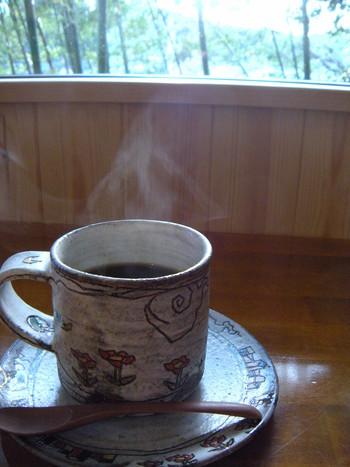 自家焙煎の豆は、スペシャルティコーヒーのみを扱っています。60種類程あるというマグカップの中から、好きなものを選んで淹れて貰えるのも楽しみです。