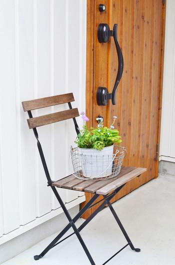 玄関に可愛いお花やグリーンを飾ると、ナチュラルで爽やかな雰囲気を演出できます。「玄関周りが何だか寂しい…」という時には、ワンポイントに好きな植物を飾ってみましょう。住む人にとっても訪れる人にとっても、心地の良い空間が作れますよ♪