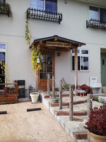 「maruho cafe(マルホカフェ)」は青葉区北山の閑静な住宅街に佇む、ナチュラルテイストな外観のカフェです。仙台駅からJR仙山線に乗って「北山駅」まで三駅。そこから徒歩10分程の立地です。