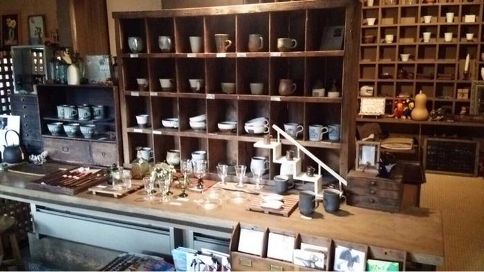 オーナーさんは、仙台市内でもギャラリーを営まれています。東北の作家さんが作られた作品を中心に、店内には美しい陶磁器やガラスの工芸品が並んで、訪れる人々を待ち受けているようです。