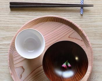 一人分のコーヒーやお菓子を頂くときこそ使いたい、上品な小ぶりの山茶盆。 挽物という木工の職人さんの技術によって作られています。