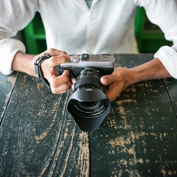 一眼レフより小型で扱いやすいけれど、高い描写力で人気を集めるミラーレスカメラ。専用のレザーハンドストラップは安定した操作に役立つアイテム。手の甲を包み込むようにデザインされた幅広のストラップはホールド感もあり、手振れを防いでくれます。気づけば写真の腕前が上がっているかもしれませんよ。