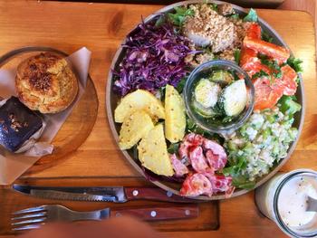 こちらは野菜がたっぷり摂れる「ベジタブルデリボウル」。お気に入りのカップケーキにプラスして、栄養バランス抜群のランチに♪