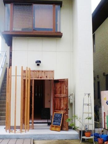 木の扉が目印のカシカシは、芥川の住宅地にあります。高槻散策で疲れたら立ち寄ってみてはいかがでしょう。