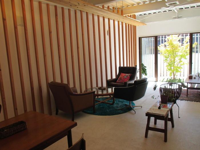 お菓子と紅茶の店「カシカシ」。古民家風のカフェを手掛けるデザイナーさんによって設計されたおしゃれな店内は、木材がふんだんに使われていてあたたかい雰囲気です。