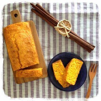 ほんのり黄色がかった、優しい色の人参のパウンドケーキ。三温糖とオリーブオイル入りで、よりヘルシーに。