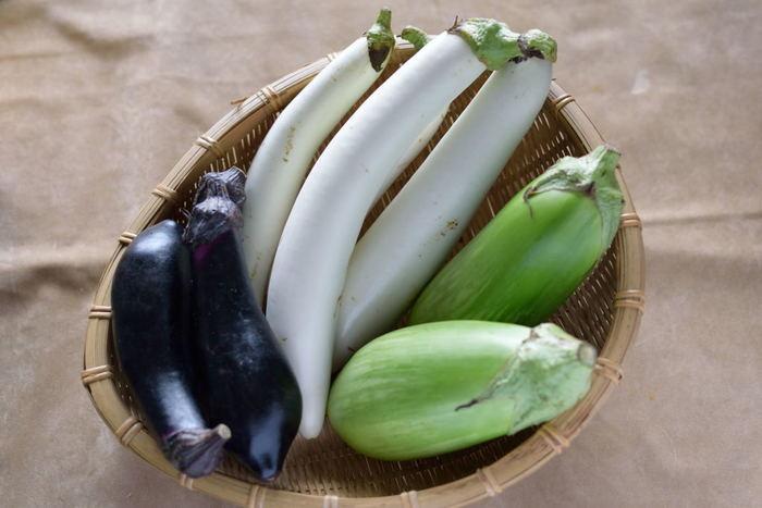 低たんぱく・低カロリーの「なす」。栄養価やビタミン量は高くありませんが、カルシウム・鉄・カリウムなどのミネラル成分、食物繊維が含まれています。そのため体内調節機能にすぐれ、夏の体温を下げる効果があります。 また、「茄子紺」とも呼ばれる濃い紫紺色の秘密は「アントシアニン」。ポリフェノールの一種で、老化や動脈硬化、がんの発生や進行を抑える「抗酸化作用」があります。