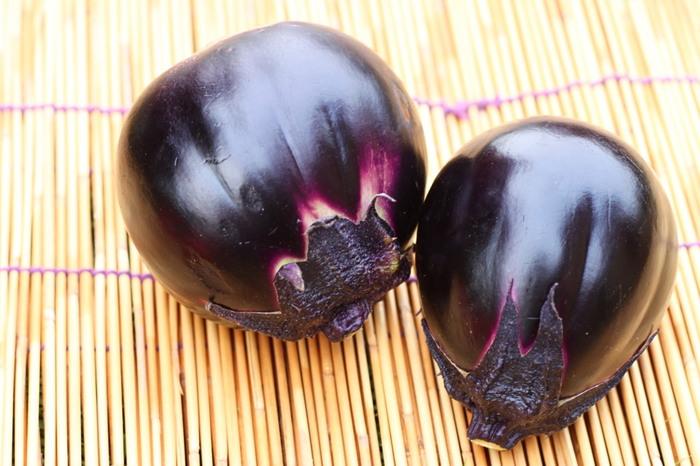 大阪・泉州特産のものが特に有名な「水なす」。絞れば水がしたたるくらいのみずみずしさが特徴です。肉質が柔らかくアクが少ないので、生で食べられます。