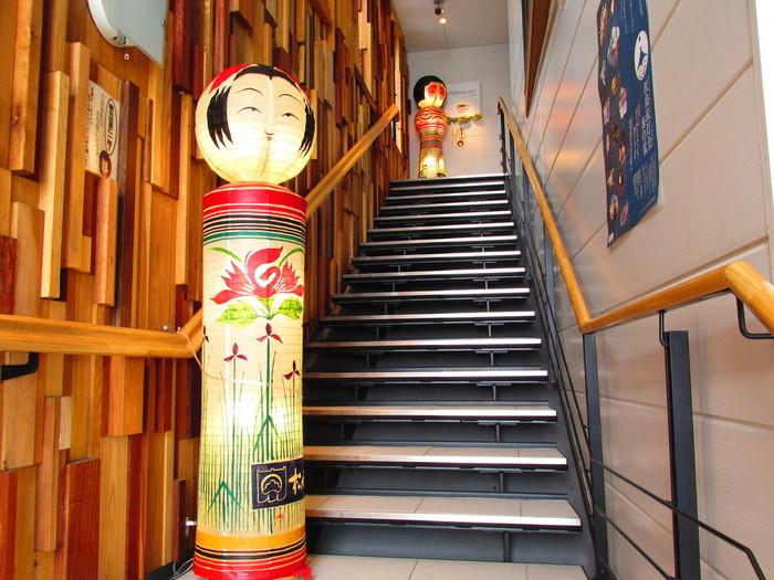 入り口では大きなこけしがお出迎え♪仙台の名物と美しい景色を一緒に楽しめるカフェです。