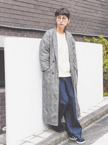 ゆったりとしたサイズ感が魅力的なチェスターコートには、 細身のフレームを合わせてとことんメンズライクに演出してみましょう。