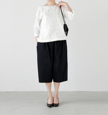 品の良いモノトーンコーデです。アクセサリーやファッションアイテムはブラックに統一することで、きりりと引き締まった印象が作れます。