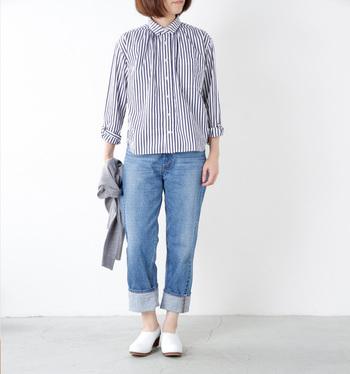 シンプルな細ストライプのシャツ。着こなしのポイントはロールアップ!シャツの袖、デニムの裾を大きく折り返して、+αの着こなしを。カーディガンなどをウエストに巻くことでメリハリが出来ますよ。