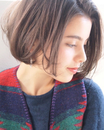 バングスなしのスタイルは、美人見えの代名詞。毛先をバランスよく整えて、スタイリングしやすく。中間から大きくワンカールつけてあげると空気感があふれます。