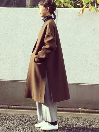 コクーンシルエットが可愛らしいコートは一枚で主役になれる優れもの。ゴールドのボストンでアクセントを加え、個性的で知的な女性に。