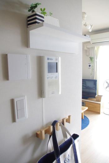 お部屋に圧迫感を与えることなく、ちょっとした空間を作ってくれる「壁に付けられる家具」。棚や壁掛けミラー、フックや長押タイプなどの種類があります。こちらはさわやかなインテリアに馴染むように白くペイント。その一手間がオシャレです!