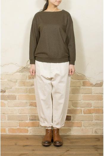 アクセサリーや他のアイテムは、いっさい身に着けないミニマルな装いです。ヘアスタイルもコンパクトに纏めてよりシンプルに。