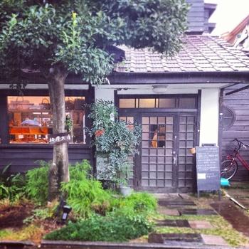 西荻窪駅南口から約7分、「松庵文庫」は古民家を改修したカフェとギャラリー、ショップを兼ね備えた建物です。前庭に掛けられた看板が目印。大きな玄関では靴を脱ぎ、お宅に訪問するような雰囲気です。