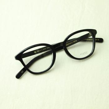 シンプルで美しく、眼鏡初心者の方にもおすすめの取り入れやすい型。 男女共に人気で、コーディネートを選ばずに使っていただけます。面長タイプの人が特によく似合います。