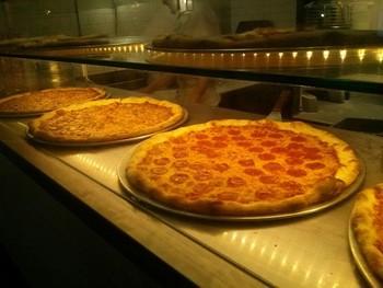 まずはNY流のピザが食べられるお店からご紹介♪NYのピザはサイズが大きいことで有名ですね。ホールサイズはこんなにビッグ!8つにカットされていますので、そこからお好みの数を注文することができますよ。