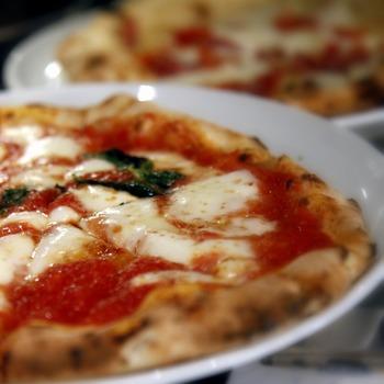 ナポリの名店の味を受け継いだこちらのピザはまさに絶品。前菜やデザートなども本場さながらの美味しさなので、ランチ時もお酒と共にゆっくりと楽しみたいですね。