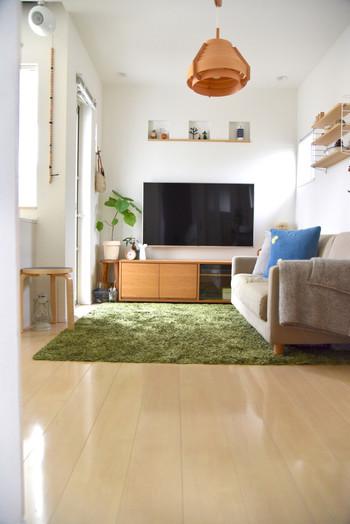 無印のソファがナチュラルで心地よい雰囲気を醸し出すリビング。ソファはサイズや張地、レイアウトなどを選べます。テレビの下のスタッキングキャビネットも無印のもの。