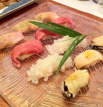 玄界灘をはじめとする新鮮な魚介類は、手の込んだ職人技で美しく美味しいお寿司に仕上げられます。