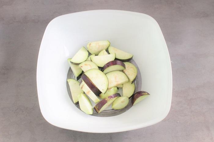 もう1つのあくの抜き方は、塩をふってしばらく置く方法です。余計な水分が抜け、油を吸収しにくくなるのでカロリーがダウンでき、特に油を使うレシピにおすすめです。