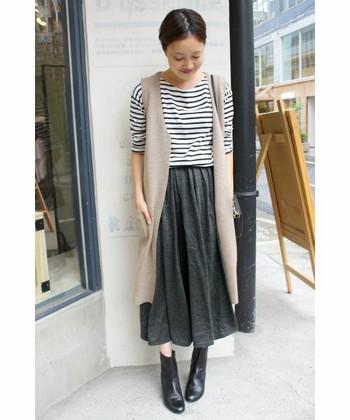 ミモレ丈のスカートは程良い丈感がスタイル良く見せてくれます。そこにロングベストを羽織ることで、より縦長効果が生まれて、シュッとした印象になりますよ。
