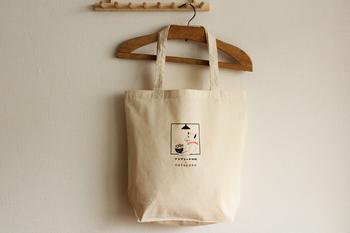 ちょっととぼけた、ほのぼのとかわいいネコのイラストがデザインされたエコバッグは、香川県にあるコーヒー焙煎店「プシプシーナ珈琲」さんと、素敵な暮らしの道具を取り扱うショップ「cotogoto」さんがコラボしたオリジナルのものになります。マチもあるのでたっぷり収納、肩から掛けられる、使い勝手の良いエコバッグです。