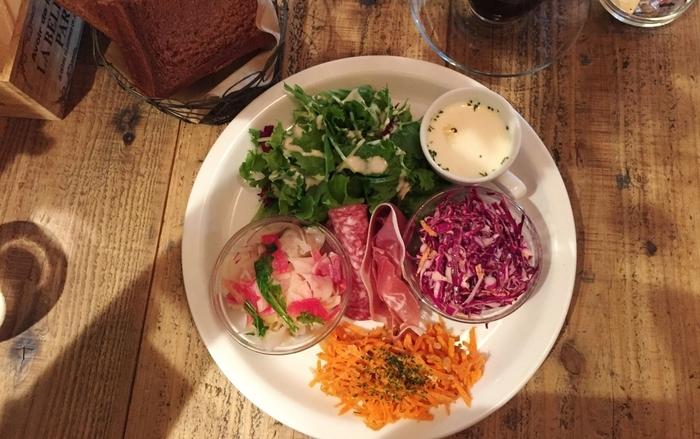 おかませヘルシーデリプレート。とっても美味しいと人気の野菜たっぷりのヘルシーランチです。朝摘みのお野菜なんだそう!
