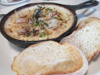 カリカリのフランスパンと一緒に、とろとろのグラタンを☆ グラタンは卵や玉ねぎ、マッシュルームなど具沢山。 和風出汁がきいたパルメザンチーズクリームがかかっていたり、トッピングにはかつおぶしに青のりがついていたり、日本風の味も人気!